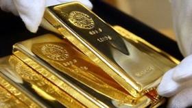 Gold fluctuates again