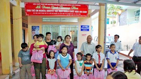 Poor, disabled children receive gifts for Mid-Autumn Festival