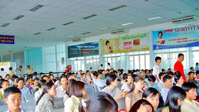 Thousands struggle to buy train tickets for Tet festive season