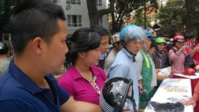 Hanoians rush to exchange helmets for better quality ones