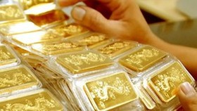 Gold price fluctuates in two auctions