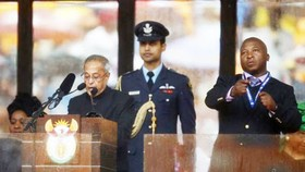 Phiên dịch viên tại lễ tưởng niệm cố Tổng thống Mandela bị tâm thần phân liệt