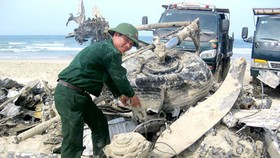 Thua Thien-Hue removes wartime aircraft from Lang Co Beach