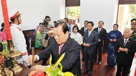 HCMC delegation burns incense to commemorate late President Ho Chi Minh