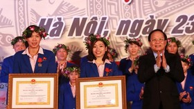 Anh Vien, Ha Thanh receive Labor Order second class