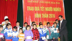 SGGP's Chinese Edition offers Tet gifts to poor students in Nghe An