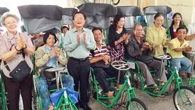 Việt kiều Australia giúp người khuyết tật