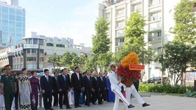 Party, State leaders lay wreathes & pay tribute to late President Ho Chi Minh