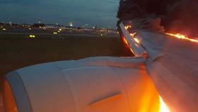 Máy bay SIA bốc cháy khi hạ cánh khẩn cấp ở Singapore