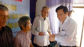 SGGP Chinese Daily offers gifts to poor people in Quang Nam