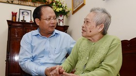 HCMC's Vice Secretary of Party Committee visits families serving in country's revolution