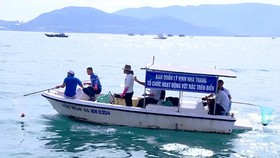 Nha Trang encourages residents to collect garbage on Bay