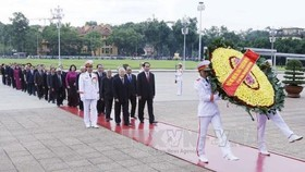 Party, State leaders pay tribute to President Hồ, fallen soldiers