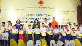 Vice President presents gifts to needy kids in Quang Tri Central Province