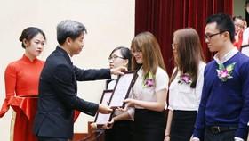 VND28 bil scholarships given to freshmen