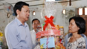 HCMC leaders visit disadvantaged people, naval soldier' family