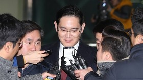 Special prosecutors to decide on arrest warrant against Samsung heir as early as Monday