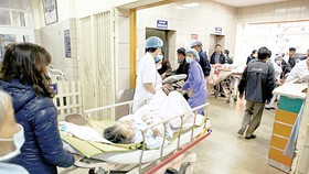 Medical workers busy at taking care of patients in Tet holiday
