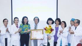 City leader presents certificates of merit to surgeons