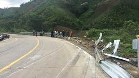 Cận cảnh vụ xe khách bị lật làm 21 người thương vong ở đèo Lò Xo