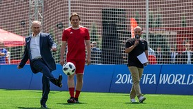 Nhận cú phát bóng từ chủ tịch Infantino, Tổng thống Putin sút bóng vào khung thành. Ảnh: FIFA