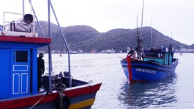 Vượt sóng cấp 7-8 cứu hộ 4 ngư dân bị nạn giữa biển