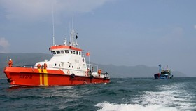Tàu SAR 27-01 đang ứng cứu 10 ngư dân Quảng Ngãi bị ngộ độc trên biển