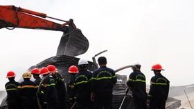 Xưởng củi bốc cháy suốt 12 giờ tại KCN Phú Tài