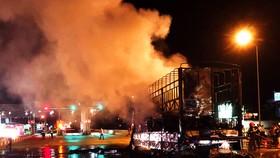 Xe tải đang chạy trên QL1A đến gần trạm BOT thì bất ngờ bốc cháy dữ dội