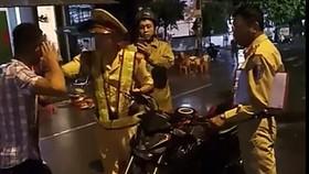 """Vụ CSGT """"tự té ngã"""" ở Bình Định: Xử phạt hành chính 2 thanh niên """"cản trở người thi hành công vụ"""""""