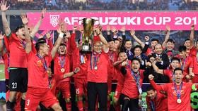 Việt Nam - Malaysia 1-0 (3-2): Quang Hải tuyệt vời, Anh Đức xuất sắc, HLV Park Hang Seo nâng cúp