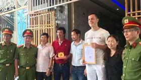 Lãnh đạo Cục Cảnh sát PCCC & CNCH biểu dương, trao giấy khen và tiền thưởng cho hai khách nước ngoài dũng cảm cứu người