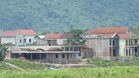 Một số nhà xây lấn sông ở Sơn Trạch