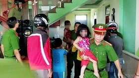 Giải cứu 3 cháu nhỏ bị bố đẻ nhốt đòi tự thiêu