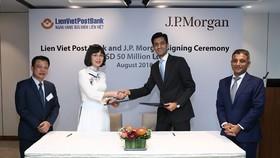 Đại diện LienVietPostBank và JPMorgan Chase ký kết hợp đồng tín dụng trị giá 50 triệu USD