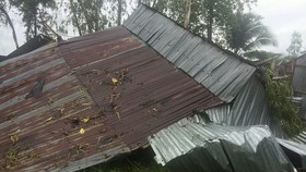 Giông lốc làm sập nhiều nhà dân tại huyện Thới Lai. Ảnh: TUẤN QUANG