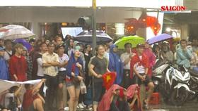 Người hâm mộ tại TPHCM đội mưa xem Olympic Việt Nam đá với Olympic Hàn Quốc