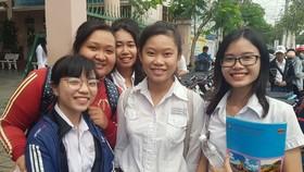Thí sinh ở Cần Thơ vui mừng khi hoàn thành tốt ngày thi cuối cùng vào sáng 27-6