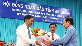 Ông Vương Bình Thạnh, Chủ tịch UBND tỉnh An Giang tặng hoa chúc mừng ông Trần Anh Thư