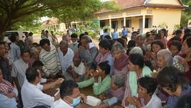 Đoàn y bác sĩ TPHCM khám chữa bệnh và phát thuốc miễn phí cho người dân Campuchia
