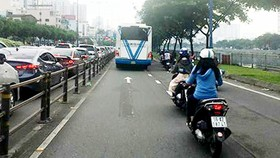 Xe buýt lấn tuyến vượt đèn đỏ