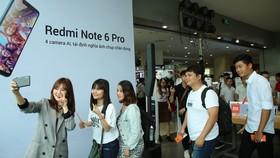 Mi Fan và cô gái tài năng của nhóm FAP TV – Ribi Sachi đã cùng nhau chụp 133 ảnh selfie