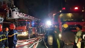 Nhà 5 tầng ở phố lồng đèn quận 5 bị cháy rụi trong đêm