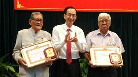 Lãnh đạo TPHCM chúc mừng các Đảng viên được trao Huy hiệu Đảng