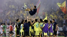 Cầu thủ Hà Nội B tung hô HLV Minh Đức sau khi... thua Nam Định ở trận play-off. Ảnh: MINH HOÀNG
