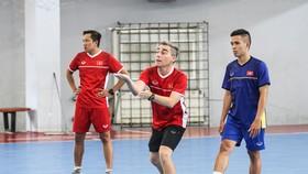 HLV Miguel trong 1 buổi tập cùng đội tuyển tại Nhà thi đấu Thái Sơn Nam. Ảnh: ĐOÀN NHẬT