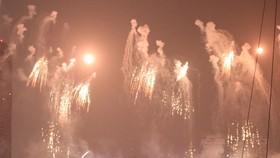 Màn pháo hoa của đội Anh cũng kém đi sự hấp dẫn vì mưa khói