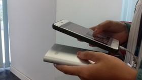 Vì sao dùng điện thoại khi đang sạc pin dễ bị điện giật?