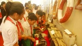 Students visit the exhibition. (Photo: Sggp)