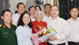 Head the Party committee of Ho Chi Minh City , Nguyen Thien Nhan presents gift to Vietnamese heroic mothers Le Thi Cach.